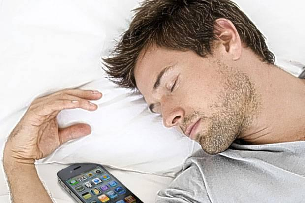 ferfi-mobillal-alszik