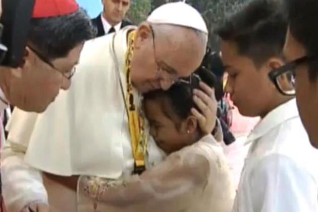 Így reagált Ferenc pápa, amikor egy kislány nehéz kérdést tett fel neki!
