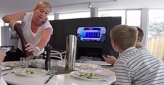 A gyerekek nem akarták vacsora közben letenni a mobiltelefont, az anyuka elképesztő dolgot tett! – VIDEÓ