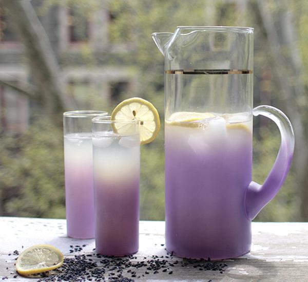 Szabaduljunk meg a nyugtalanságtól, ingerlékenységtől! Készítsünk finom levendula limonádét!