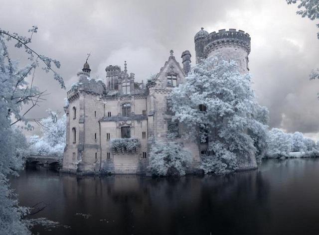 Ezt az elfeledett kastélyt 1932-ben hagyták el egy tűzvész után. Egyszerűen csodálatos, amit magában rejt!