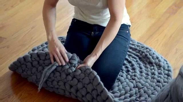 Fogott egy vastag gyapjúfonalat és elkészítette a legszebb szőnyeget – VIDEÓ