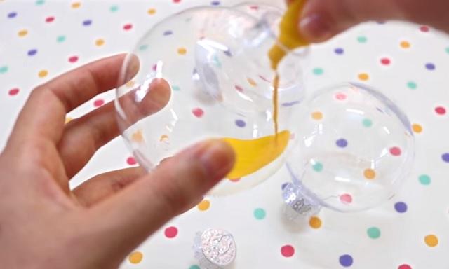 Sárga festékkel tölti meg a karácsonyi gömböket! Mi következik? Egy szuper ötlet!