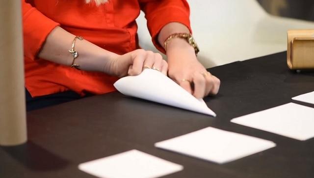 Kúpba hajtja a fehér papírlapot, a legszebb karácsonyi szobadekorációt készíti el!