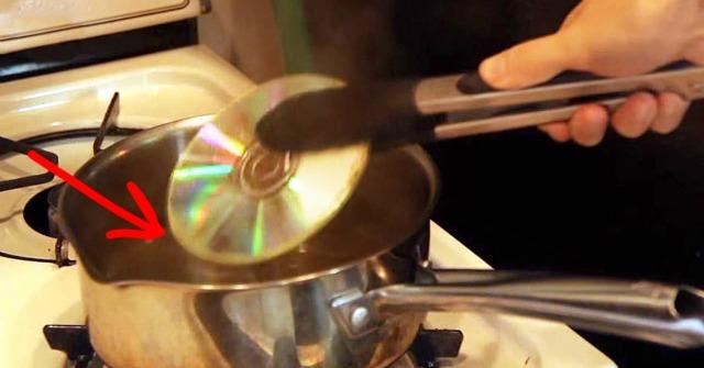 Forró vízbe tette a CD-t, majd elkészített valami egészen szép dísztárgyat belőle! – VIDEÓ