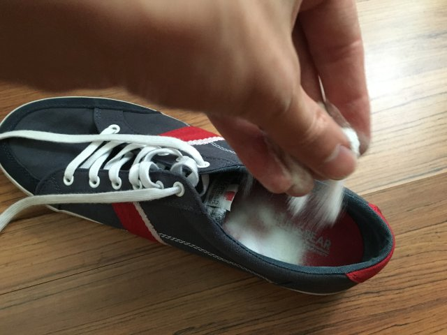Egy kevés szódabikarbónát szórt a cipőjébe és megszabadult egy olyan problémától, amivel rengeteg ember küzd!