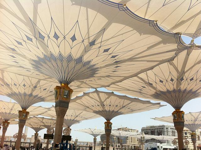 Építészeti csoda: így védik Medinát ezek az óriás napernyők az irtózatos hőségtől!