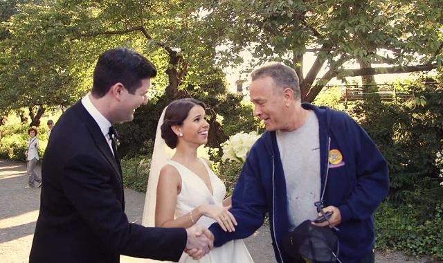 Épp az esküvői fotózásra készültek, amikor összefutottak Tom Hanks-szel. Nézd meg mit tett ekkor a színész!