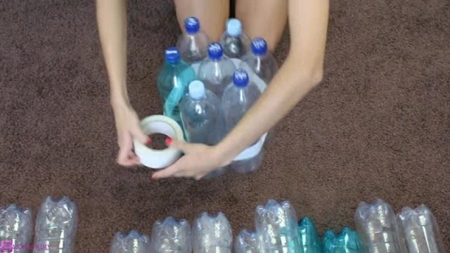 19 műanyag palackot ragasztott össze, majd elkészített egy zseniális bútordarabot. Te mikor próbálod ki?