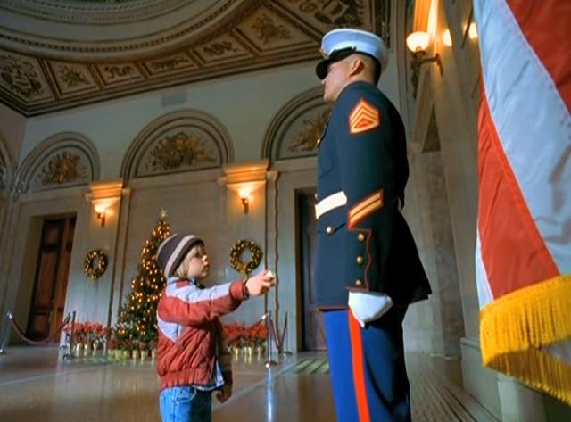"""Ez a katona csodás ajándékot """"ad"""" a kisfiúnak, amikor az megkérdezi tőle, hogy ő a Télapó!"""