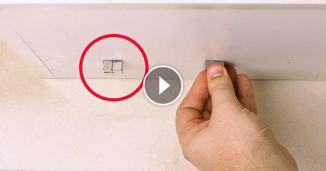 Pár mágnest tesz a felfüggesztett szekrényre. Az ok egészen ötletes, te is használhatnád!