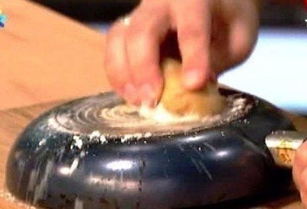 Így tisztítsuk meg a serpenyőt az odaégett zsíros lerakódásoktól!