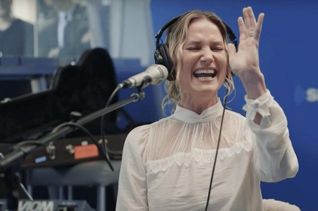 Így még soha nem énekelt senki karácsonyi dalokat. Hálás leszel, hogy meghallgathattad! – VIDEÓ
