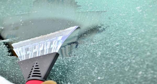 3 könnyű trükk, hogy hamar letakarítsd a befagyott autó ablakát!