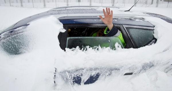 Így élt túl, ha a nagy havazásban elakadtál az autóddal. Ezt a pár tippet érdemes észben tartani!