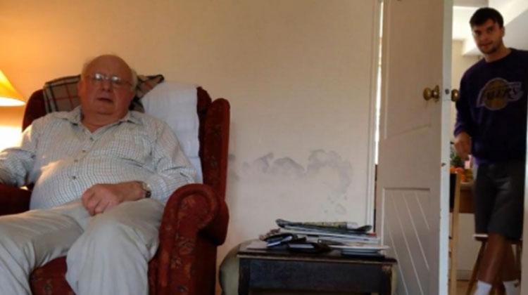 Hazament a fiú, hogy meglepje beteg édesapját, aki azonban elsőre fel sem ismerte… – VIDEÓ