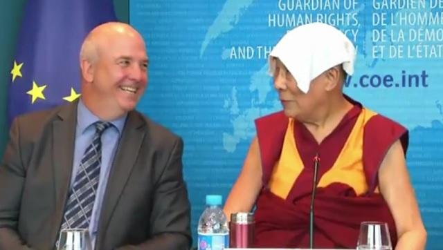 """A Dalai Láma üzenete: """"Mindig arra törekszem, hogy rengeteg őszinte mosolygós ember legyen a világban. Ez a legnagyobb vágyam!"""""""