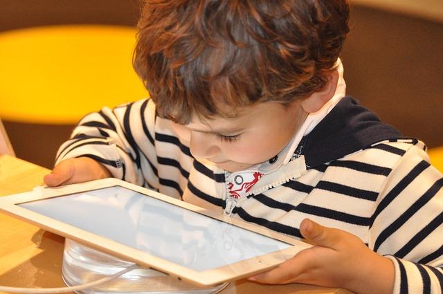 Hogy befogja a száját és csend legyen, inkább tabletet adunk a gyerek kezébe… – így rombolja a gyerekeket a modern nevelés!
