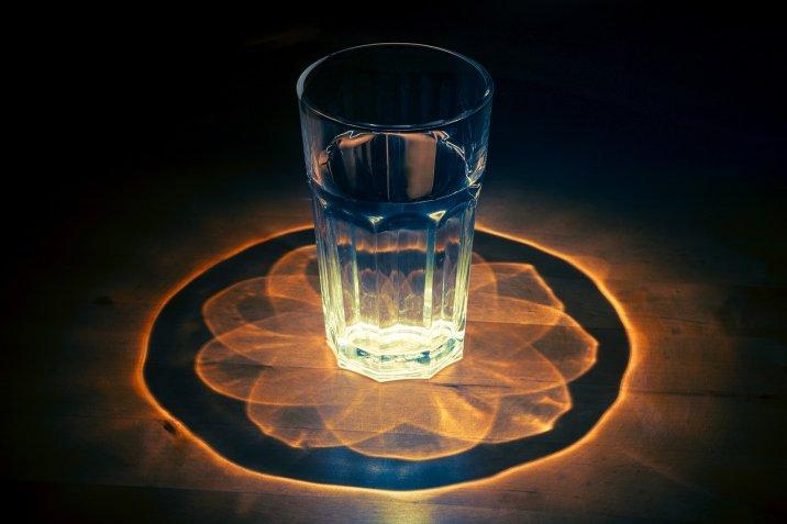 Derítsd ki, hogy vannak-e Negatív Energiák a lakásban, és így űzd el őket 24 óra alatt egyetlen pohár víz segítségével!