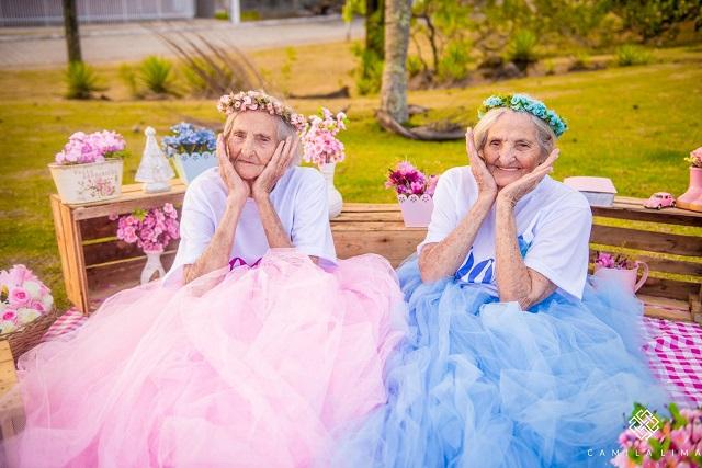 Hercegnőkként ünneplik századik születésnapjukat a cuki ikernővérek