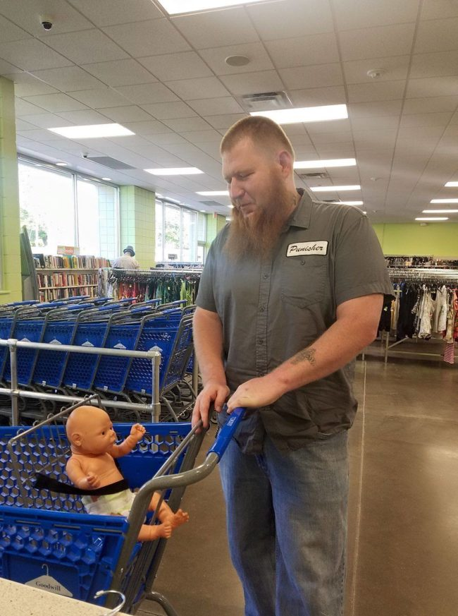 Ez a hatalmas férfi egy játékbabát tolt a kosarában, odament hozzá, hogy megnézze, mi a helyzet…