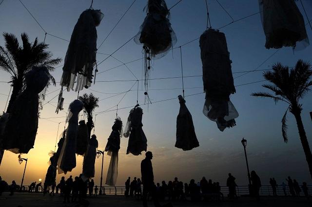 Szívszorító tüntetés Libanonban: Menyasszonyi ruhákat akasztottak fel az utcán!