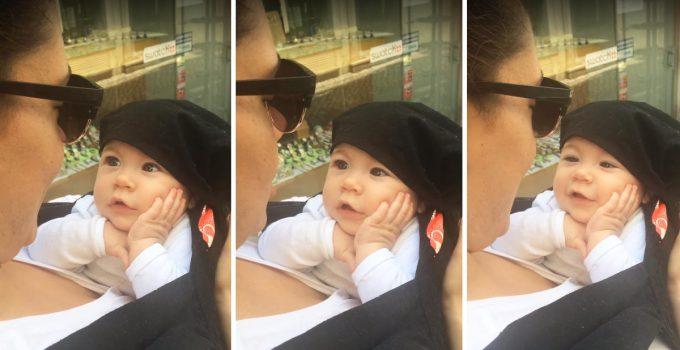 Megbabonázva hallgatja anyukája énekét ez a tündéri kislány