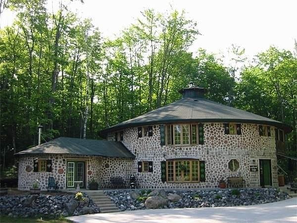 Környezetkímélő házépítés: Építs házat farönkökből!