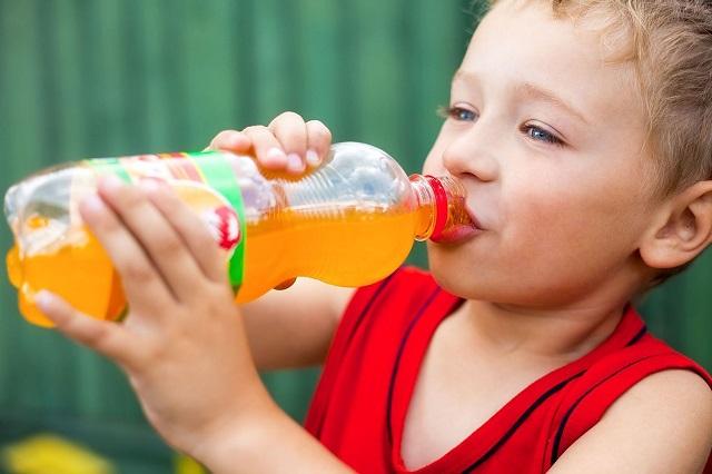 5 ártalmas élelmiszer, amit jobb, ha nem adsz a gyerekednek!