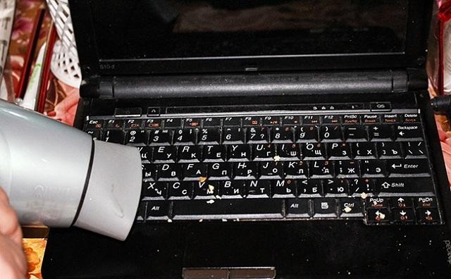 Így tisztítsd meg pár mozdulattal a laptopod képernyőjét és billentyűzetét a piszoktól!