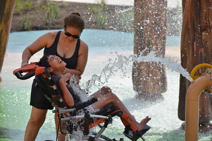 Megnyílt a világ első fogyatékkal élőknek készült víziparkja