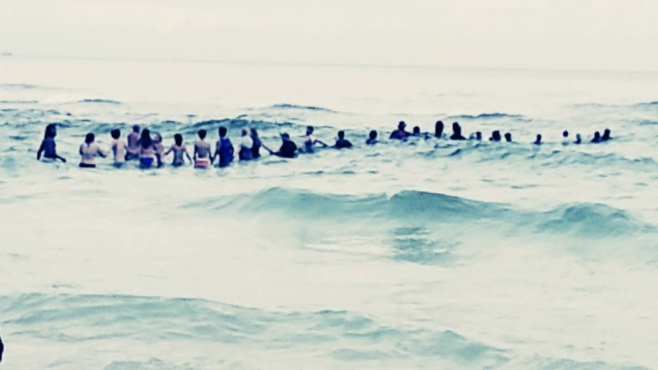 80 ember alkotott élő láncot, hogy megmentsék a fulladástól a bajba jutott családot!