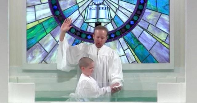 Ez a baptista keresztelő zökkenőmentes indult, de nagy nevetés lett a végén belőle