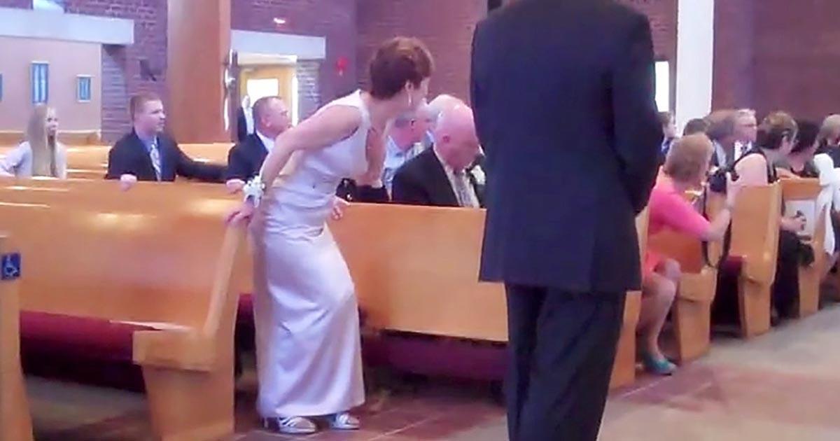 """Épp a sziromhintő kislány érkezik az esküvőre. Meghozza a jókedved, ha megnézed """"őnagyságát"""" bevonulni"""