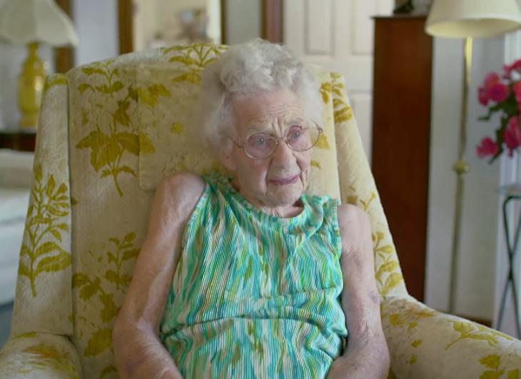 Ez a 100 éves néni minden reggel 5-kor kel, hogy ruhát varrjon a szegény gyerekeknek