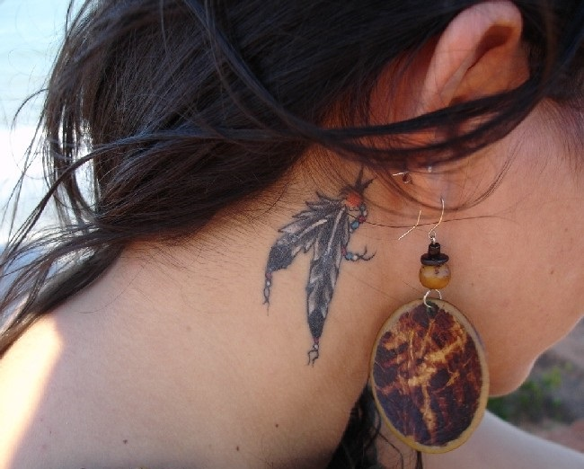 Ezt jelenti, ha valakin meglátod a madártoll tetoválást