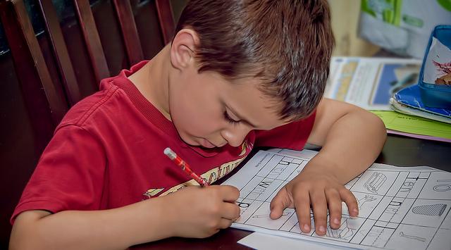 Segítsük vagy ne gyerekeinket a házi feladatok elvégzésében?