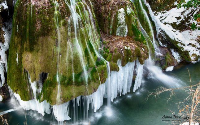 Csodálatos látványt nyújt a befagyott Bigér-vízesés