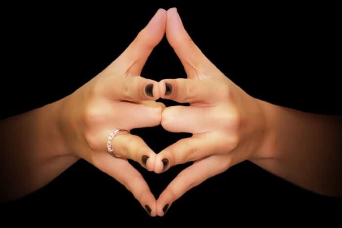 Miért viseljük a negyedik ujjunkon a jegygyűrűt? Meglepő a magyarázat, amire eddig sosem gondoltál!