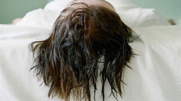 Ezért nem szabad vizes hajjal lefeküdni!