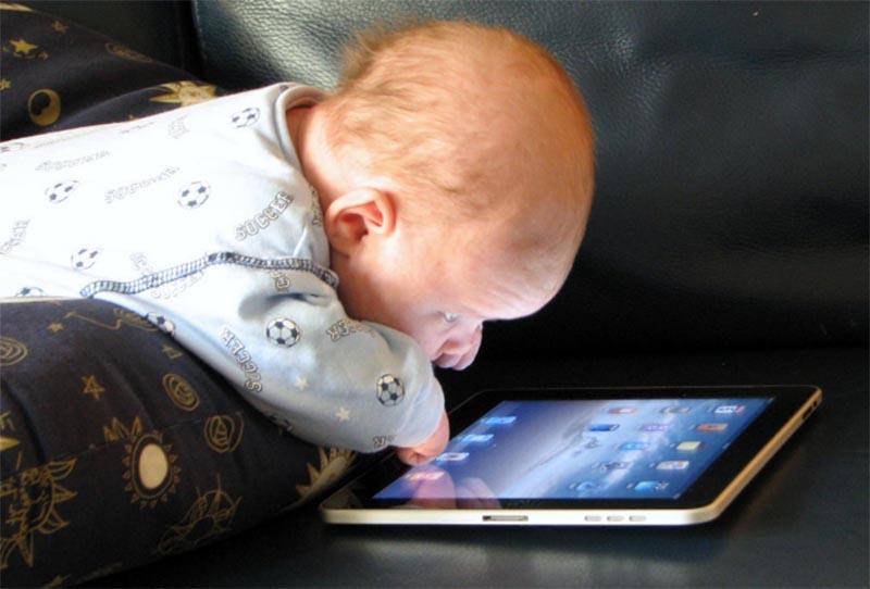"""Egy édesanya kétségbeesett üzenete: """"Majdnem tönkretettem a gyerekem életét, mert megengedettem, hogy használja a táblagépet!"""""""