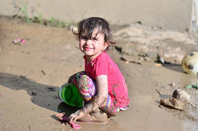 Ezért engedd a gyereket, hogy olykor a sárban is játszhasson
