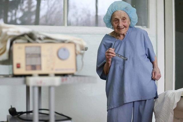 90 éves, naponta négy embert operál meg, és esze ágába sincs nyugdíjba menni!