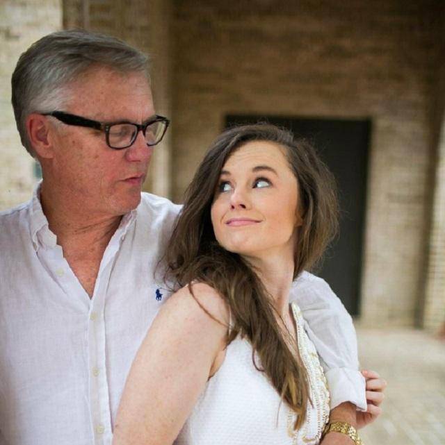 Első ránézésre úgy tűnik, hogy apa-lánya kapcsolat van közöttük, de közben szerelmesek egymásba! Ezt üzenik a világnak kapcsolatukról!