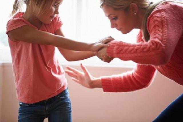 Szakértők 4 nyomós érvet hoznak fel a gyerek rendszeres elfenekelése ellen!