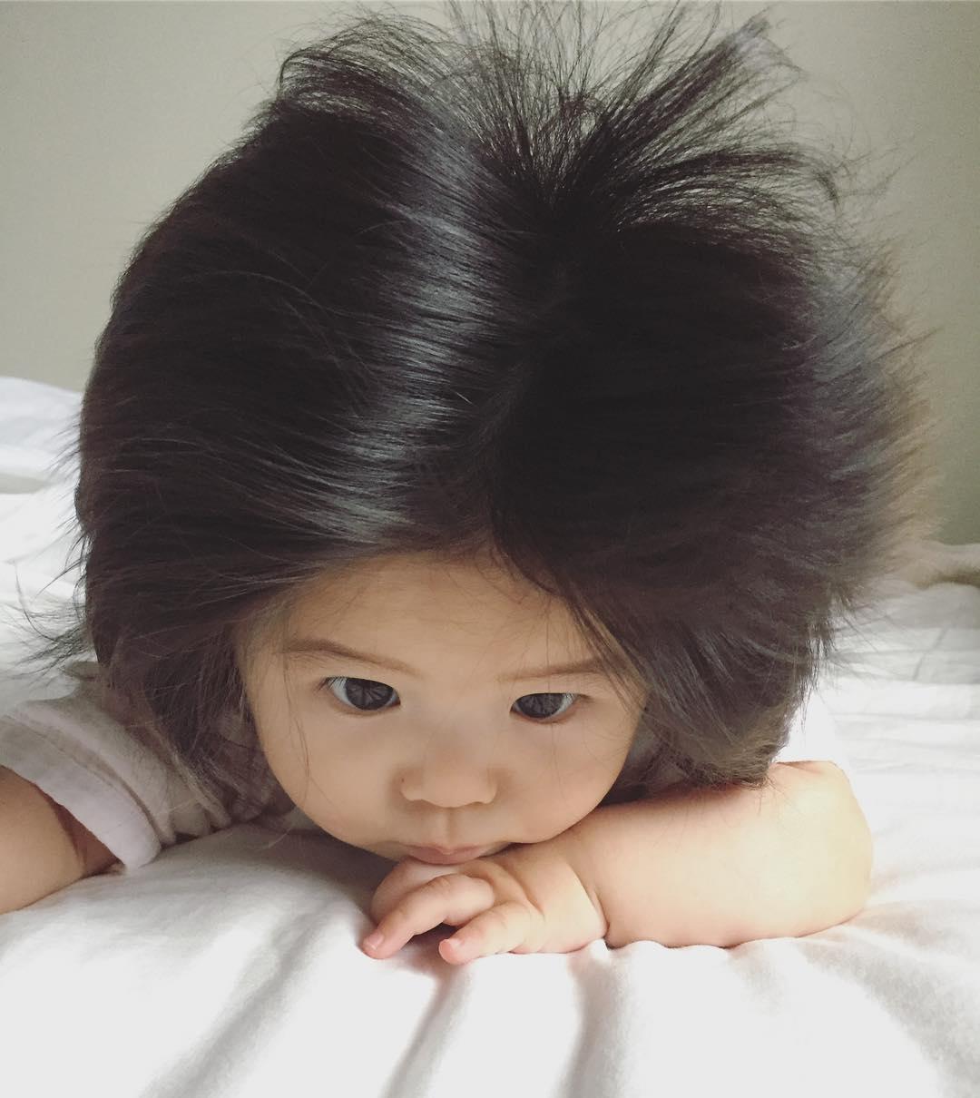 Hosszú hajjal jött a világra ez a baba, aki meghódította az egész internetet!