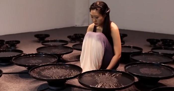 A fiatal művésznő agyhullámok segítségével hozza mozgásba a vizet - avagy az emberi érzelmek elképesztő ereje!