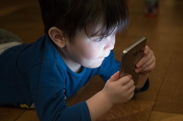Egy tanulmány szerint drasztikus következménye van a gyerekekre a képernyő előtt töltött túl sok idő