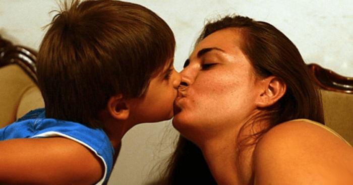 Ezért nem szabadna szájra puszit adnod a gyerekednek