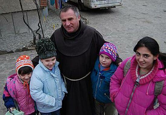 Alázatra és szeretetre tanít Böjte Csaba, aki letérdelve mosta meg az árvagyerekek lábát